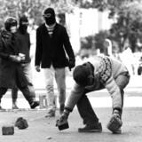 BZere samler brosten i gaden og gør klar til konfrontation med ordensmagten. Foto fra 1980erne, der blev præget af bl.a. BZernes vold og terrorisme. Ungdomsoprøret og dens voldelige excesser er retoucheret bort i den nye bog om danmarkshistorien. Scanpix