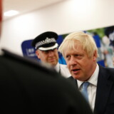 Boris Johnson forsøgte torsdag aften at komme væk fra tumulten i parlamentet og sætte en ny dagsorden, nemlig et løfte om at ansætte 20.000 flere betjente. Men balalden fulgte med, og næsten alle mediespørgsmål handlede om krisen og om hans bror, som forlod regeringen torsdag.