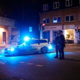 Politi i Valby natten til mandag den 9. september 2019. Et ukendt antal personer er kommet til skade i et slagsmål i Valby natten til mandag. En eller flere personer er ramt af knivstik. - Flere tilskadekomne er bragt til Rigshospitalet. Vi er massivt til stede i området, skriver Københavns Politi i et tweet. Som følge af hændelsen har Københavns Politi afspærret et område nær Akacieparken og Valby Langgade. Det skriver Ritzau mandag den 8. september 2019. (Foto: PRESSE-FOTOS.DK/Scanpix 2019)