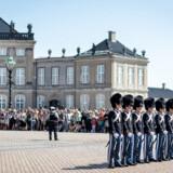 Amalienborg slotsplads skal sikres mod terror. Vagtskifte og menneskemængder på Amalienborg slotsplads, torsdag den 11. juli 2019.. (Foto: Ida Marie Odgaard/Ritzau Scanpix)