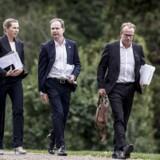 Finansminister Nicolai Wammen, statsminister Mette Frederiksen og stabschef Martin Rossen sidder alle i koordinationsudvalget, som for øjeblikket brygger på et udspil til en kommende finanslov. Her ses de på vej til regeringsseminar på Marienborg 15. august.