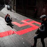 Bør man udstille Adolf Hitlers skænk og bestik samt utallige billeder og flag fra nazi-tiden? Og er det i orden at lægge en overdimensioneret swastika foran et designmuseum? Det diskuterer hollænderne og den jødiske menighed i Berlin. Udstillingen åbnede i søndags i den hollandske by 's-Hertogenbosch.