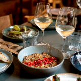 Restaurant Yaffa på Gråbrødretorv er mellemøstligt inspireret, og menuen består af et væld af småretter.