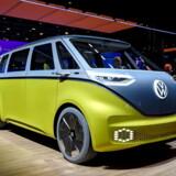Bilproducenterne er ved at falde over hinanden med at lancere nye elbiler på den årlige bilmesse, IAA, i Frankfurt. Her er det en af de mere specielle, en ny elektrisk VW Volkswagen I.D. Buzz, med tydelig reference til folkevognsrugbrødet, der blev afsløret på messen tirsdag. Messen har særlig fokus på elektrisk mobilitet og digitalisering. Foto: Sascha Steinbach/EPA/Ritzau Scanpix
