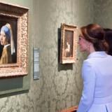 Johannes Vermeers ikoniske maleri »Pige med perleørering« - her beundret af den engelske prinsesse Kate - er et af de værker, der ikke længere må bære betegnelsen guldalder - i hvert fald ikke på det hollandske museum Mauritshuis i Haag.l