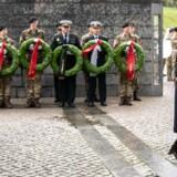 »De fleste af os, der har befundet os i den skarpe ende, har kendt de risici, der har været forbundet med udsendelse, men at vi bliver anvendt som undskyldning for en konstant underfinansiering af Forsvaret, er despekt for den indsats, vi har leveret,« skriver tre tidl. udsendte. Her er kronprins Frederik og kronprinsesse Mary til Flagdag for Danmarks Udsendte med Kranselægning ved monumentet i Kastellet