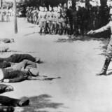 Fotografiet viser henrettelsen af 18 på gaden tilfældigt udvalgte serbere for at hævne to SS-soldaters død. Det sker foran kirkegårdsmuren i Pančevo. Værnemagtsregimentet »Grossdeutschland« foretager den 22.4.1941 mordene. Scanpix