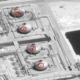 På dette frigivne amerikanske satellitfoto har man fremhævet skader på infrastrukturen på den gigantiske saudiarabiske oliefacilitet efter lørdagens droneangreb.