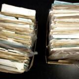 De to mænd på dengang 47 og 53 år stjal systematisk mindst 1.062 arkivalier til en anslået værdi af mellem halvanden og tre millioner kroner, lød det i anklageskriftet mod dem i 2013. På billedet ses tyvegods fra Rigsarkivet fotograferet på Station City.