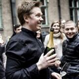 Køkkenchef Søren Selin fejrer michelin-stjerne nummer to med champagne i gården ved restauranten med sine kolleger.