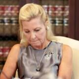 Den 59-årige »Robin«, under oplæsningen af sin anklage mod Roman Polanski, som hun siger, har misbrugt hende seksuelt i 1973, i Los Angeles.