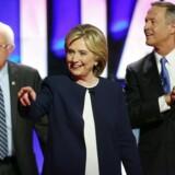 Bernie Sanders, Hillary Clinton og Martin O'Malley på scenen i forbindelse med den demokratiske debat.
