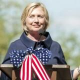 Hillary Clinton er favorit til at blive Demokraternes præsidentkandidat til næste års amerikanske præsidentvalg. I baggrunden ligger en sag om en privat e-mailkonto og lurer, og nu har den 67-årige Clinton offentliggjort alle e-mails, som hun understreger ikke har været fortrolige.
