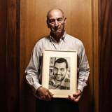 Dan Uzans far, Sergeot, med et billede af sønnen.
