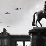 Tyske fly ses over Amalienborg i København 9. april 1940 om morgenen. Arkivfoto: Scanpix