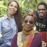 Den afdøde reggae-musiker Bob Marleys familie - hustru Rita Marley i midten og børnene Cedella Marley og Rohan Marley henholdsvis til venstre og højre - indgik i 2014 en aftale med det amerikanske selskab Privateer Holdings om at bruge ikonet Bob Marley i salget af marihuana.