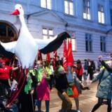 Demonstranter danser foran Forligsinstitutionerne, mens der er tavshed fra parterne... (Foto: Jens Nørgaard Larsen/Ritzau Scanpix)