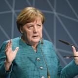 Tysklands kansler, Angela Merkel, afviser at have kendt til bilproducenten Volkswagens snyd med test af NOx-udledning fra dieselbiler. Europa-Parlamentet øger nu presset på EU-landene for at ændre lovgivningen, så dieselskandalen ikke kan gentage sig, men Merkel tøvende med at stramme reglerne for den magtfulde tyske bilindustri. Her ses hun under en tale på en maritim konferecne i Hamburg tirsdag den 4. april 2017. REUTERS/Fabian Bimmer