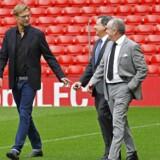 Liverpool FC-træneren Jurgen Klopp, bestyrelsesformanden Tom Werner (i midten) og chief executive Ian Ayre (til højre) på Anfield.
