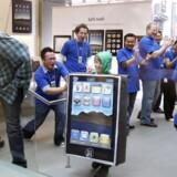 Der var slet ikke de køer uden for forretningerne, som da Apple sendte sin mobiltelefon, iPhone, på gaden. Men folk skyndte sig alligevel for at få fingrene i Apples iPad, da den kom i påsken. Nu melder de første problemer sig. Foto: Monica M. Davey, EPA/Scanpix