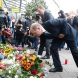 Hamburgs borgmester, Olaf Scholz, ved gerningsstedet for fredagens blodige knivangreb. Nu kræver konservative politikere konsekvens i omgangen med afviste asylansøgere i Tyskland.