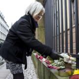Terror-årsdag markeres. Der bliver lagt blomster ved synagogen i Krystalgade.