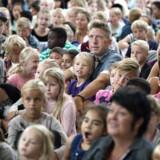 Folkeskolen skal blandt andet lære eleverne at læse, skrive og regne. Men skal det også fremgå af skolens formål, at den skal styrke karakteregenskaber som næstekærlighed, hjælpsomhed og virkelyst? Her arkivfoto fra første skoledag på Sofiendalskolen i Aalborg i 2014.