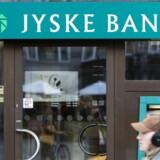 Jyske Bank i Roskilde har bortvist en medarbejder for at have flyttet rundt på en række kunder penge, uden at kunderne vil vidste det.