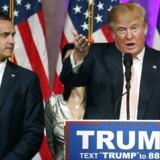 »Hr. Lewandowski er helt og aldeles uskyldig i disse anklager,« siger Trump om anklagerne mod sin kampagneleder, der her ses ved Trumps side.