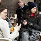 Vi vil egentlig gerne skrue ned for forbruget af sociale medier, men kan alligevel ikke lade være med at tjekke telefonen hele tiden.