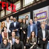Skuespillere, producere og instruktører laver familiefoto i Paris med Netflix' ledelse. Fra venstre er det: Janthe Friese, Bo Baran Odar (manuskriptforfattere på »Who am I«), Linda Schuyler (producer på »Degrassi High«), John Lithgow (skuespiller i »The Crown«), Katherine McNamara (skuespiller i »Shadowhunters«), Claire Foy (skuespiller i »The Crown«), Lorenzo Richelmy (skuespiller i »Marco Polo«), Dominic Sherwood (skuespiller i »Shadowhunters«), Joaquim Dos Santos (instruktør på »The legend of Korra«), Tituss Burgess (skuespiller i »Unbreakable Kimmy Smith«), Todd Yellin (Netflix' direktør for product innovation), Matt Smith (skuespiller i »The Crown«), Margie Cohn (producer), Geraldine Pailhas (skuespiller i »Marseille«), Dany Masterson (skuespiller i »The Ranch«), Reed Hastings (Netflix' administrerende direktør), Michelle Yeoh (skuespiller i »Marco Polo«), Ashton Kutcher (skuespiller i »The Ranch«), Dan Franck (manusforfatter på »Marseille«), Ted Sarandos (Netflix' direktør for indhold), Florent Siri (skuespiller på »Marseille«), Josh Wakely (instruktør på animationsserien »Beat Bugs«)