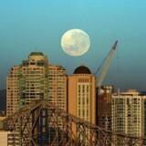 Skal vi i en snarlig fremtid begynde at kalde Månen for en planet, ganske enkelt fordi den er rund og ikke en stjerne? Her en såkaldt supermåne over den australske storby Brisbane i november 2016.