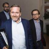 Liberal Alliance efter forhandlinger til finansloven for 2017. Bagerst: Ole Birk Olesen. Forrest til venstre: Anders Samuelsen. Til højre: Simon Emil Ammitzbøll.