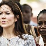 Kronprinsesse Mary besøger Burkina Faso onsdag den 27. april 2016 som optakt til Women Deliver i maj. Her er de i Korsimoro lokalcenter for fødselshjælp. Den gennemsnitlige fødselsrate i Burkina Faso er 5, 7 børn pr. kvinde og derudover er børnedødeligheden høj.