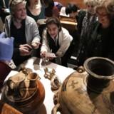 De græske besøgende fotograferer de tilbagevendnekostbare skatte i den nye udstilling.