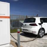 Nu kan Volkswagens Golf med elmotor køre op til 300 km på en opladning