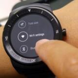 Både Apple- og Android-ure - her et af sidstnævnte, nemlig LGs G Watch R - vil med de nye opdateringer selvstændigt kunne bruge en trådløs forbindelse og dermed slippe for at skulle tilkobles en telefon, som urene dog stadig ikke kan undvære helt. Foto: LG