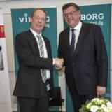 Viborgs borgmester Torsten Nielsen og Handels- og udviklingsminister Mogens Jensen, da aftalen med Apple blev offentliggjort i Danmark. Nu kan Apple komme til at koste de danske elforbrugere.
