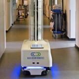 Det succesrige fynske techselskab Blue Ocean Robotics har blandt andet udviklet en robot til byggebranchen (tv.) og en desinfektionsrobot. PR-foto