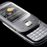 <b>HTC Touch Dual:</b> Den nye model har udskydeligt tastatur og 3G-telefoni, hvad forgængeren fra juni ikke havde. Der er to megapixelkamera og en hurtigmenu, hvorfra man let kan oprette ny SMS-tekstbesked, opgave m.m.m. HTC har forbedret Microsofts billeddel, så man kan betjene den med fingeren. Prisleje: ca. 2.000 kroner.