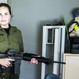 Hjemmeværnet skal aflevere deres bundstykker. Her ses hjemmeværnssergenten Christina med sit M95-gevær inkl. bundstykket, som hun netop har taget ud af sit sikrede skab, der ses i baggrunden.