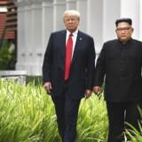 Nordkoreas leder, Kim Jong-un, spadserer sammen med USAs præsident, Donald Trump, langs med Capella Hotel på Sentosa Island i Singapore. Men der kom ikke meget ud af deres første møde pga. tidsnød.
