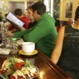 Restauratør Matthew Engelhart, der bl.a. ejer restaurantkæden Café Gratitude, er havnet i en sand shitstorm, efter at han har offentliggjort et billede på nettet, hvor han sidder veltilfreds og spiser en burger med oksekød, og han har også indrømmet, at han ejer en kvægfarm. Billedet viser en vegetarret på en af kædens restauranter. Arkivfoto: Jim Wilson
