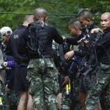 Frømænd gør onsdag et forsøg på at etablere internet i en grotte i det nordlige Thailand, hvor 12 unge fodboldspillere og deres træner har siddet indespærret siden 23. juni, da grotten blev oversvømmet. (AP Photo/Sakchai Lalit)