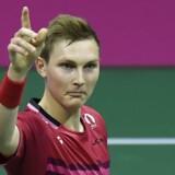 Den danske badmintonstjerne Viktor Axelsen fejrer sejren over kinesiske Long Chen i semifinalen i verdensmesterskabet i badminton i Glasgow.