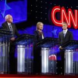 Fra venstre ses tidligere senator Jim Webb, senator Bernie Sanders, tidligere udenrigsminister Hillary Clinton, tidligere guvenør i delstatenn Maryland Martin O'Malley og tidligere guvenør af Rhode Island Lincoln Chafee.