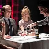 Familien – håb og forbandelse: Stine Schröder Jensen, Petrine Agger og Finn Nielsen i »En engel gennem stuen« på Teater Grob.