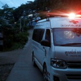 En ambulance transporterer angiveligt en af de thaliandske fodbolddrenge væk fra grotten og mod et hospital. REUTERS/Soe Zeya Tun