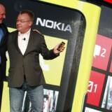 Microsofts afgående topchef, Steve Ballmer (til venstre), nåede lige at overtage størstedelen af regningen for Nokia-topchef Stephen Elops (til højre) fratrædelse, inden han købte hele butikken. Arkivfoto: Brendan McDermid, Reuters/Scanpix