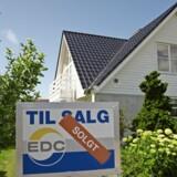 Til salg-skiltene står i kortere og kortere tid ved danske huse.